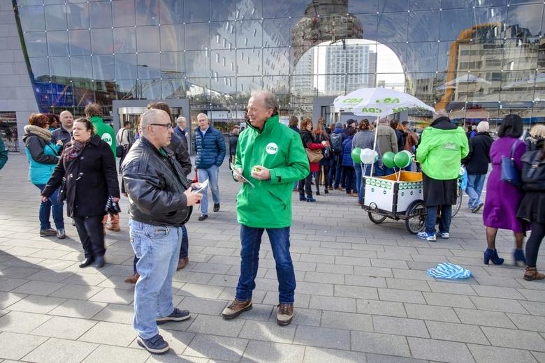 Rotterdam 62 - Vlak voor verkiezingen zie je altijd dit soort tafereeltjes; erna nooit.....