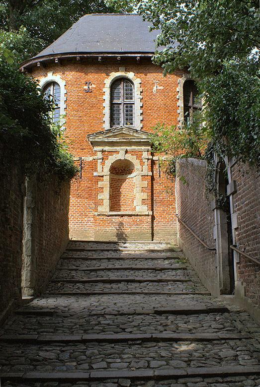 Lustpaviljoen - Naast het mooie Gaasbeekse kasteel staat wat discreet het lustpaviljoen, waarschijnlijk een middeleeuws vogelkot? Toch maar even de tr