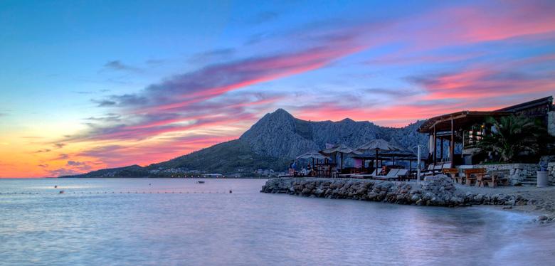 Little bit of paradise - Prachtige beachclub ergens aan de kust in de buurt van Split in Kroatië<br /> (re-edit vane een foto uit 2015)