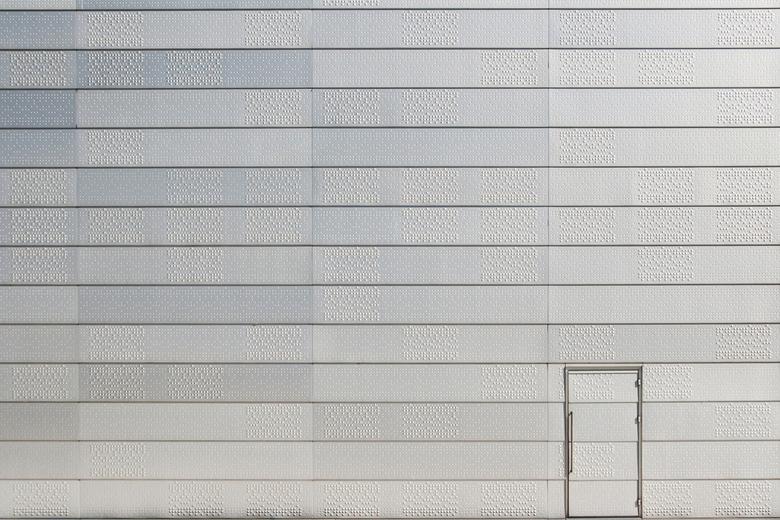The Door - A door in a wall invites us to open it and to discover the mysteries behind it - Een deur in de muur nodigt ons uit om het te opene en de m