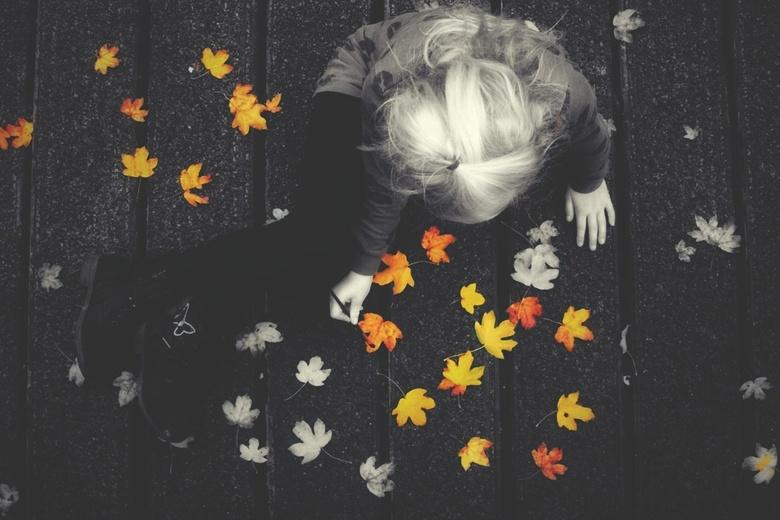 Bijna klaar...  - Op een brug lagen allemaal blaadjes, ze waren allemaal zo saai dat mijn dochtertje ze een echt herfst kleurtje wou geven