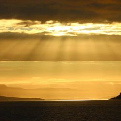 Avondzon boven fjord