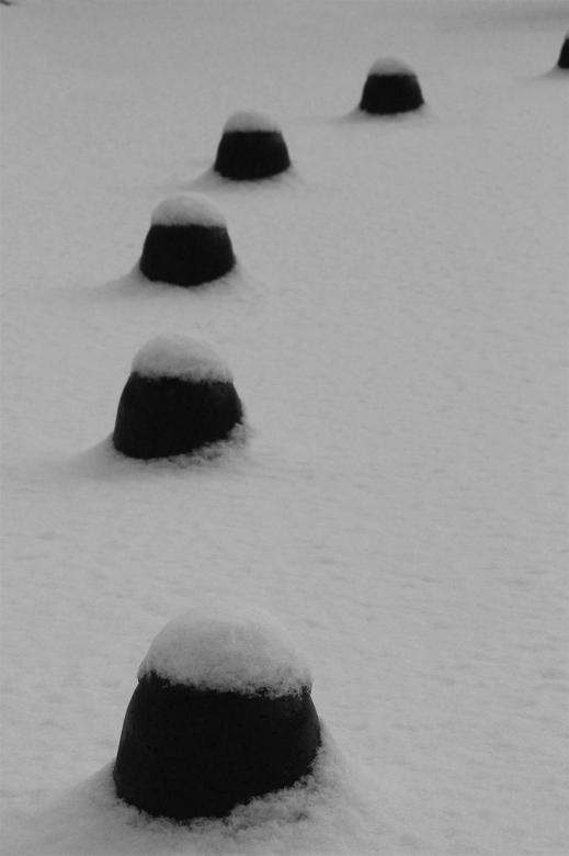 Geen einde - Dit is een foto gemaakt in Nederland, Overijssel. Stenen die zijn ondergesneeuwd. Door hun buiging lijken ze oneindig door te lopen. Door