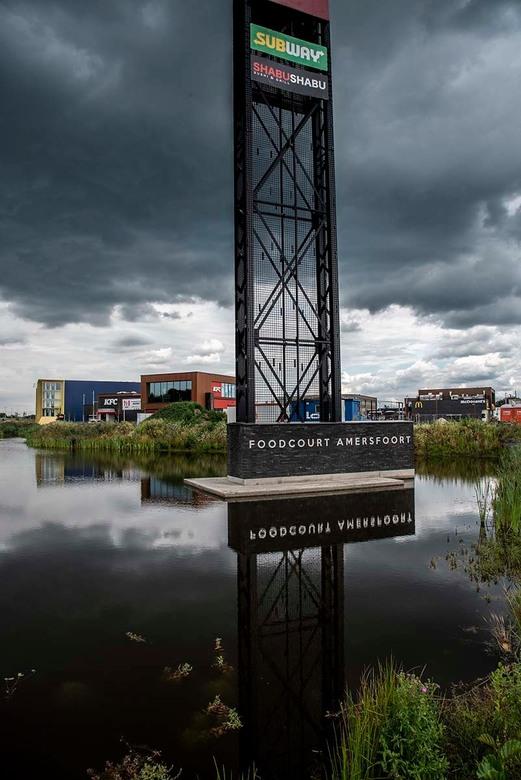 _NF13553 - Aan de rand van Amersfoort is vrij recent een Foodcourt aangelegd. Er staan al vaak rijen auto's te wachten op een lekkere of snelle h