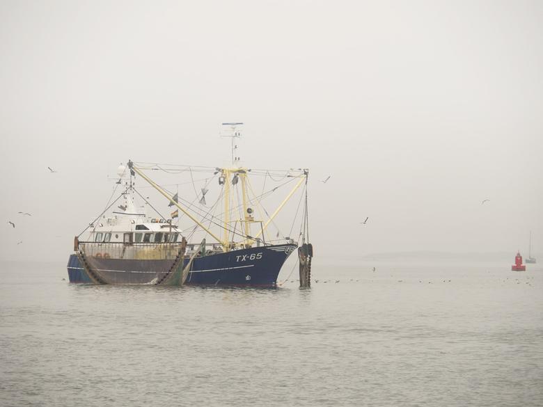 Vissen in de Mist - Texelse vissersboot kwam zo uit de mist verschijnen.<br /> Een foto van afgelopen zomer, omdat ik nog steeds niet in staat ben om