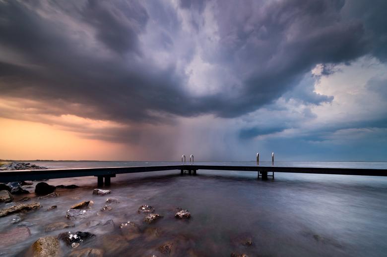 Incoming - Stevige onweersbui gisteravond tijdens zonsondergang.