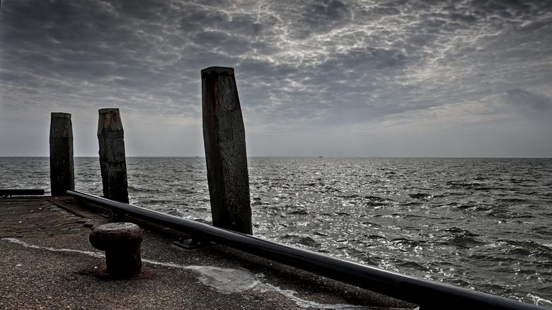 Schiermonnikoog, drie op een rij - Richting kust werd het donker, heb er een beetje kleur uitgehaald.