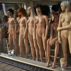 Naakte vrouwen achter het raam!