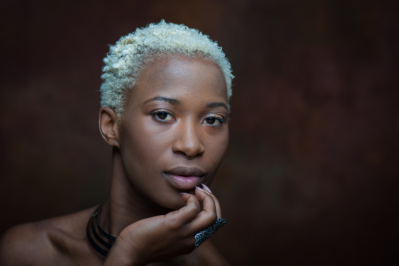 DARK BROWN EYES - Uit de fotoshoot die ik heb gedaan met dit van oorsprong Zambiaanse model is dit één van de eerste opnamen waar we qua make-up en st