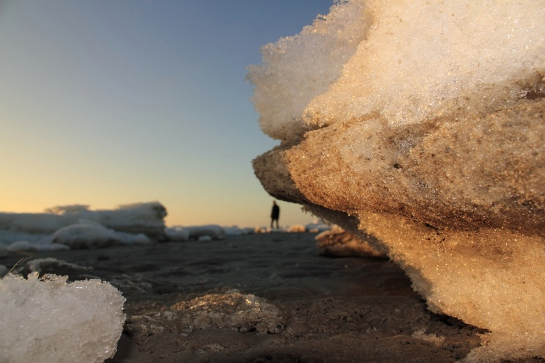 Cave Man - Op Schiermonnikoog lag het strand vol met ijsschotsen deze week. Ik wilde de schots van onderaf fotograferen en kon eigenlijk daardoor niet