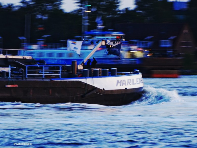 Tanker Marilene - Timewarpingschepen. Experiment met langere sluitertijden. Somerese avonden aan de waterkant.