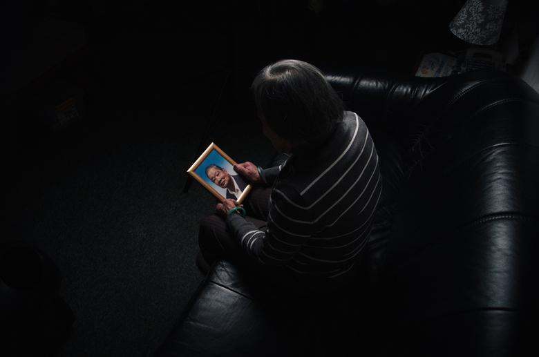 Sadness (verdriet) - Foto is genomen net nadat mijn opa is overleden. Ik ben met mijn camera naar mijn oma gegaan, en in gesprek gegaan over mijn opa.