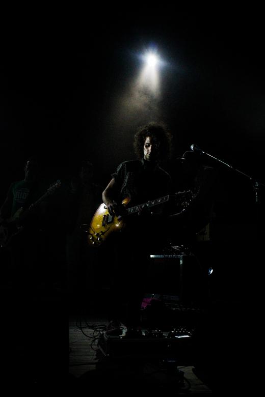 Poets.jpg - Eelke is de gitarist van de band van de handsome Poets, tijdens een optreden van hun hun waarin Eelke zich lekker los liet gaan op zijn gi