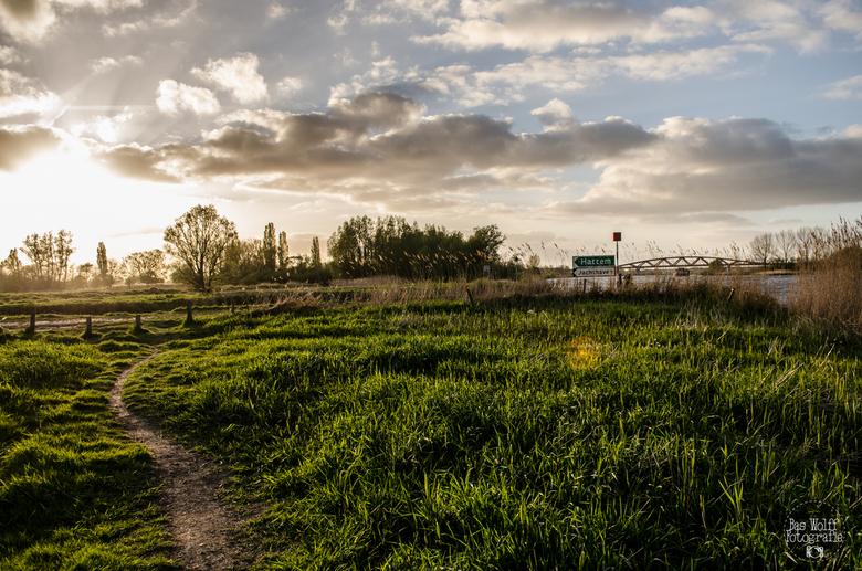 Uiterwaarden IJssel - Uiterwaarden IJssel met op de achtergrond de nieuwe spoorbrug van Hattem naar Zwolle