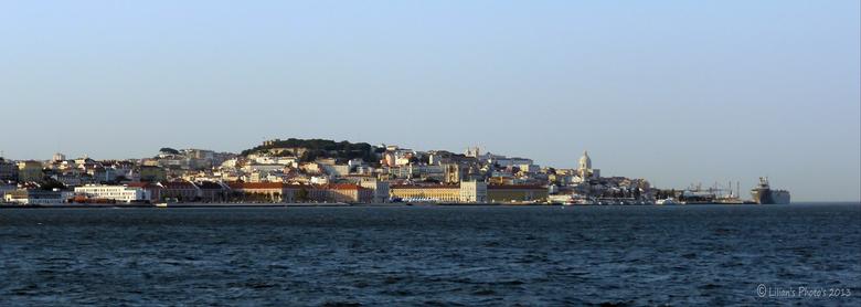 Waterfront - Mooi aanzicht van Lissabon.<br /> Genomen door een klein, geopend raampje, van een veerboot (net zoiets als een trein raampje) <br /> m