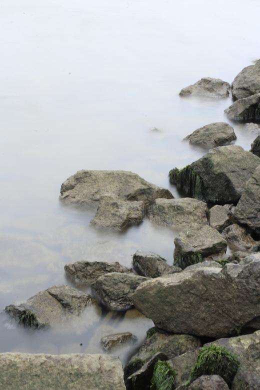rotsen+water - foto is gemaakt in een klein haventje in `s gravendeel<br /> groeten gerben