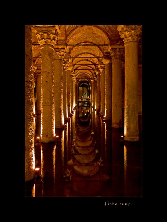 Basilica Cistern Istanboel - Nu een foto van een bijzondere locatie, we moesten hiervoor onder de grond...<br /> <br /> De Basilica Cistern uit 532