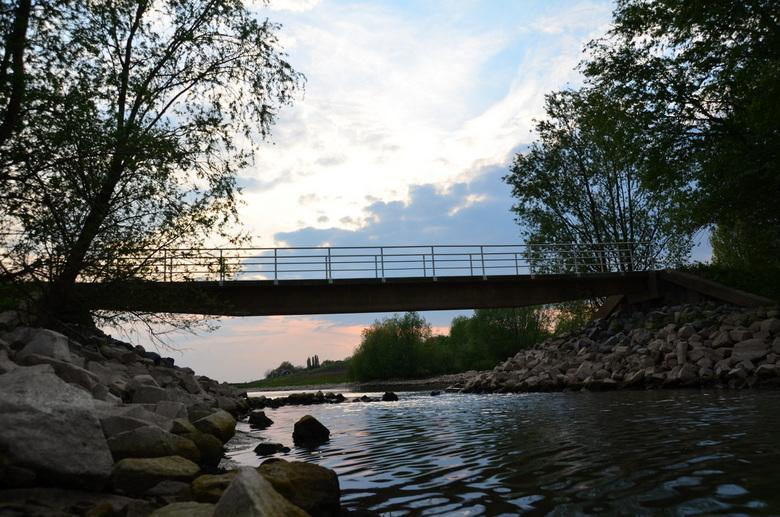 Loopbrug  - Deze foto heb ik vanavond gemaakt .Het is laag water in de waal en nu had ik de kans om zo de brug op de foto te zetten ..Deze foto is nie