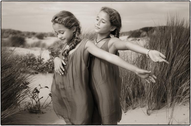 | h a p p i n e s s | - - vandaag een zwart-witfoto (met een sepia tintje) van deze geweldige tweelingzusjes Evy en Tess in de duinen bij het strand v
