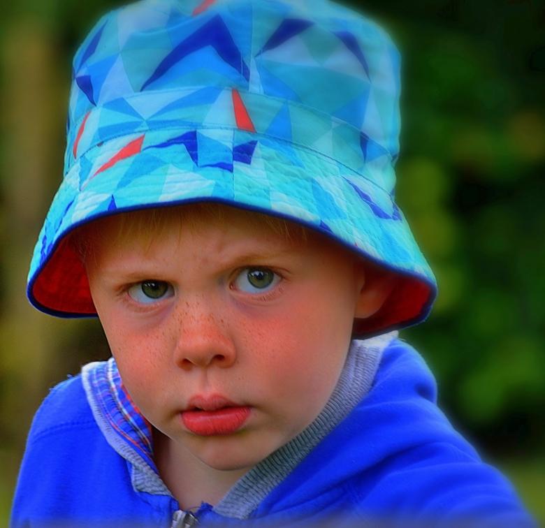 Beetje boos... - keek hij me aan...Gilles de kleinzoon van m'n buurvrouw...hij was samen met zijn oma braambessen aan het plukken...toen ik daar