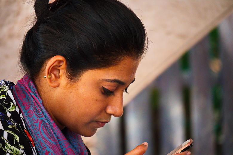 Dame op Langkawi - Deze dame was verzonken in haar mobiele telefoon op een van de eilanden van Langkawi.