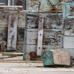 Kleurrijk hout op oude werf in Oostende.