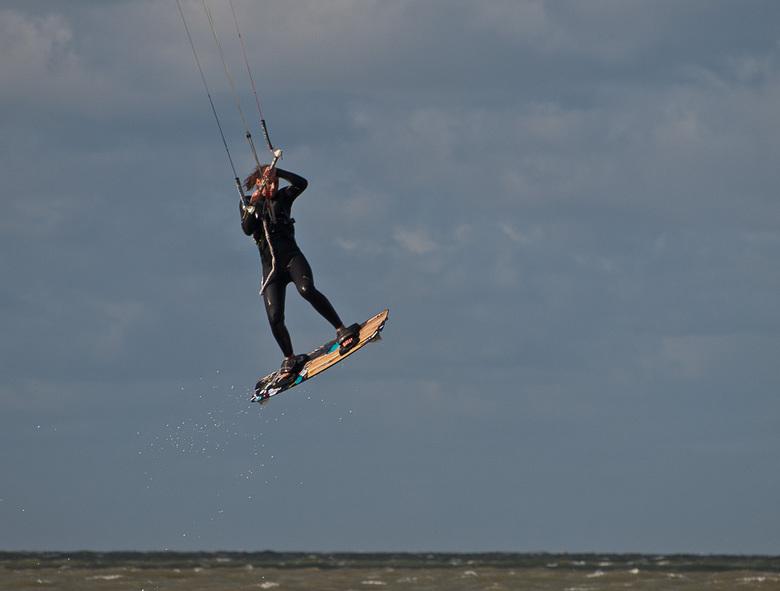 Grevelingen - Windkracht 6 lokt altijd veel kitesurfers naar de Grevelingendam, Noordzeezijde.