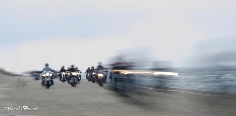 driving - een motorclub langs of op de dijk in petten.