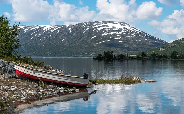 CWM_3634 - Boot aan het water aan een fjord in Noorwegen met sneeuw op de bergen in de zomer