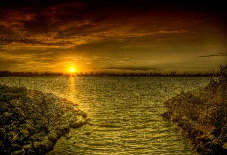 Zonsondergang - een mooie zonsondergang bij een recreatieplas bij mij om de hoek
