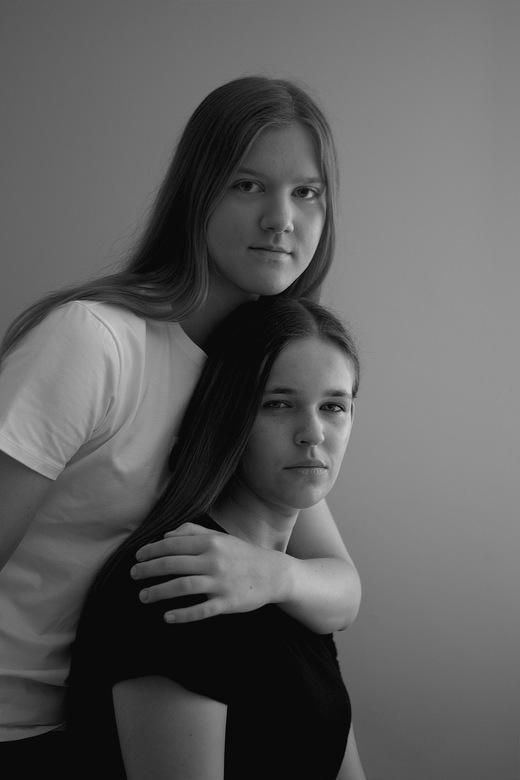 Best friends for life - Hier zie je twee vriendinnen die niet zonder elkaar kunnen. De ene houdt de andere vast om te laten zien dat ze haar nooit mee