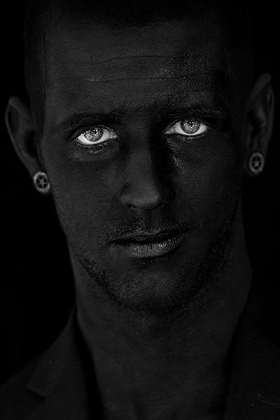 Nicky - Paint it black - RAW only<br /> <br /> Voor een schoolopdracht heb ik Nicky, de vriend van een goede vriendin, zwart geschminkt.<br /> Omda