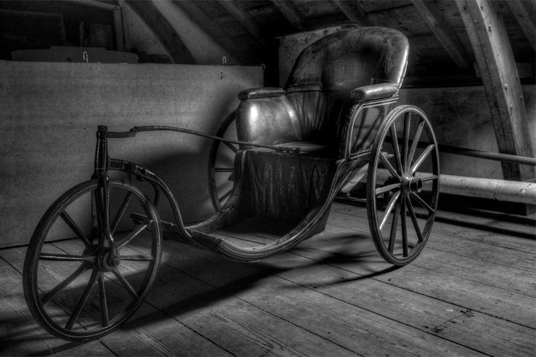 zoldervondst voor invalide - rijtuig, invalidenwagen op zolder van een Brabants kasteel