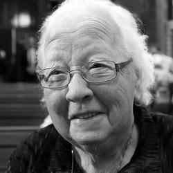 Oma de Jongh liggend ZW