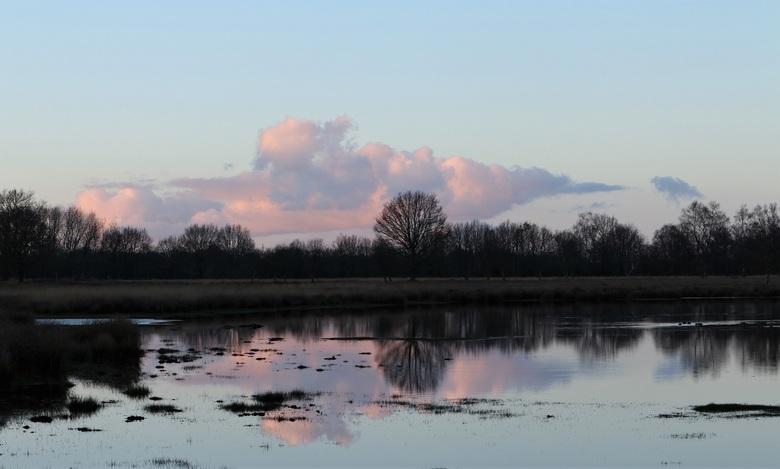 Weerspiegeling - Zonsondergang in Hoogeveen in een prachtig gebied met uitgestrekt heideterrein met grote waterplassen en vennen