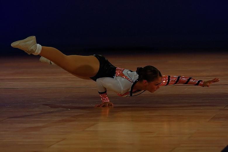 Eventjes voor doen - een van de deelneemsters van het onderdeel sporaerobics tijden de Fantastic Gymnastics NK's 2009 in het Ahoy