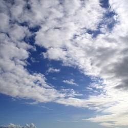 Wolkenpartij boven Waddenzee