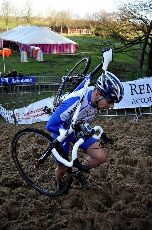 Cross parcours - Zware klim door het zand bij het veldrijden.