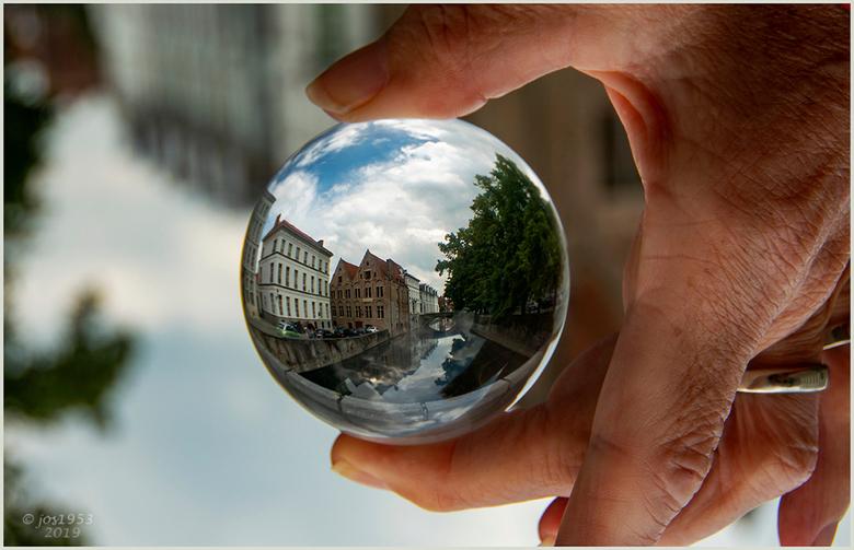 BRUGGE DOOR  EEN GLAZEN BOL 1 - Brugge door een glazen bol.