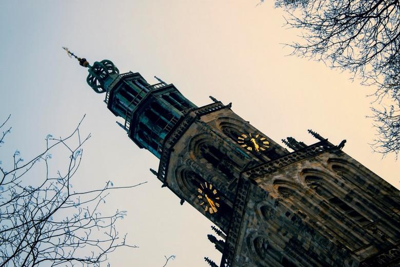Martini toren compositie - De Martini toren vroeg in het voorjaar bij een ondergaande zon.