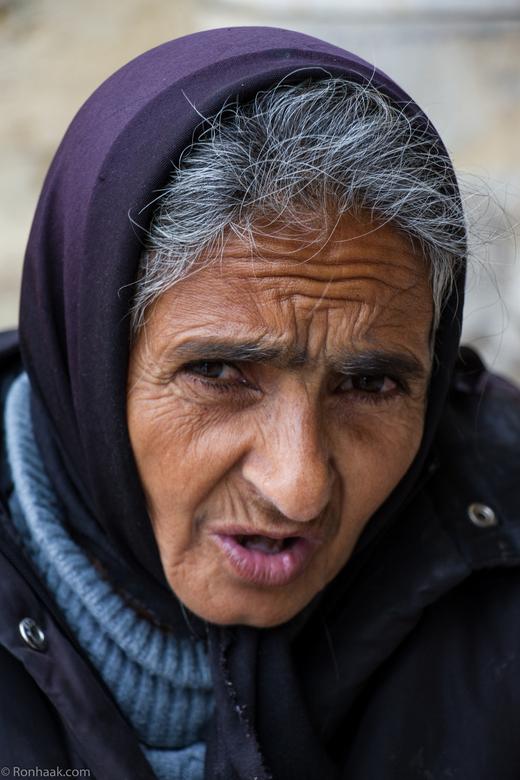 No pictures - ...or give me some money please. Hoe oud zou deze vrouw zijn? 50, 60 of misschien veel jonger. Het leven is niet gemakkelijk voor de Por