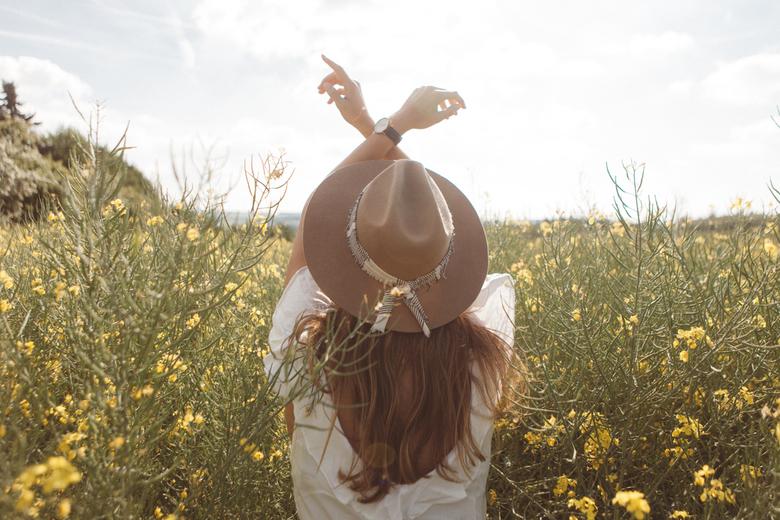 Handjes de lucht in - Een van de vele foto's die ik samen met Jaimie heb gemaakt in een bloemen veld dicht bij Geierlay