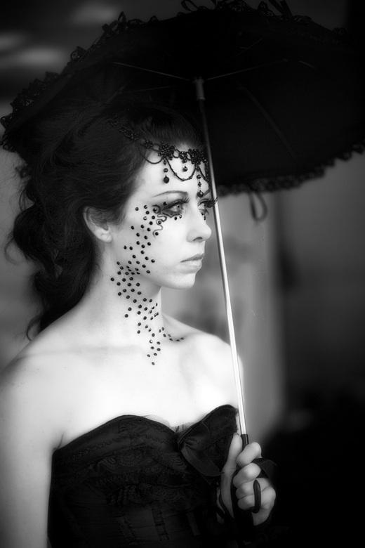 In gedachte dwaalt haar blik af - Lisse Castlefest 2013
