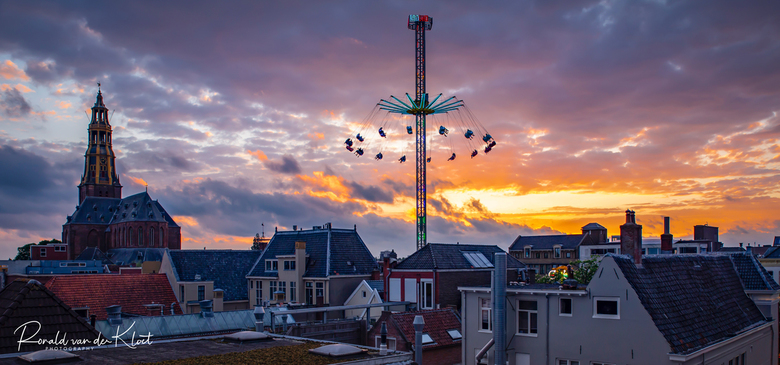 Mei Kermis Groningen - Gisteren is de mei kermis weer begonnen in Groningen. Hier links de A-Kerk op de Vismarkt.