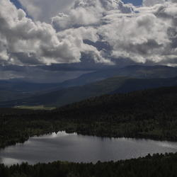 Bergmeer met wolken
