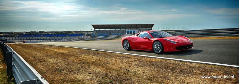 Laat op de middag - Toen kwam deze Ferrari langsrijden, en nu eens niet genomen met een telelens, nee 24 mm, en zie het resultaat.