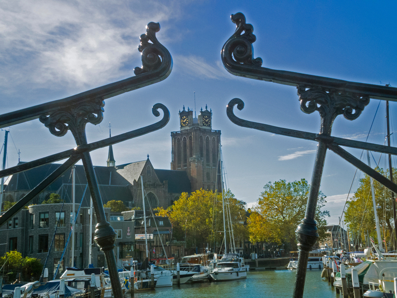 Grote Kerk in Dordrecht - Bewerking van eerder geplaatste foto nav kritiek op blauwzweem. Gelijk ook de uitgebleekte wolken aangepakt. En zie, het res