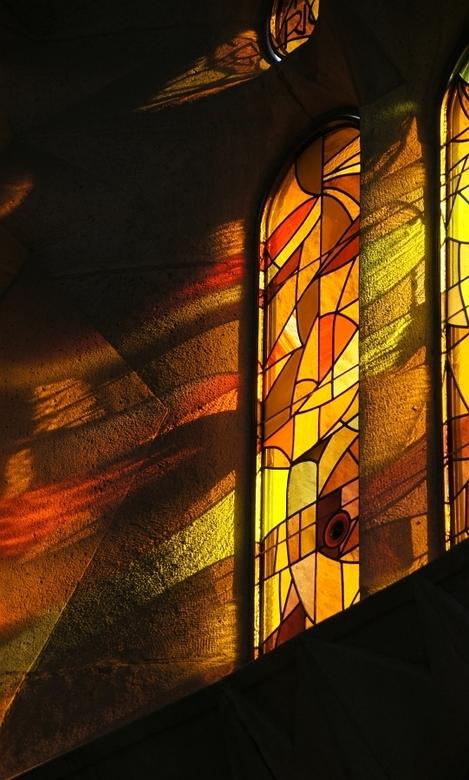 Golden glass - Mooi licht door de ramen van de Sagrada