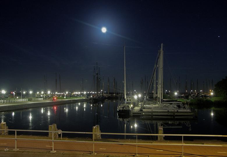 Enkhuizen bij nacht 7 - De één na laatste foto in deze serie. Dit is één van de havens van Enkhuizen.<br /> <br /> Bedankt voor de reacties.