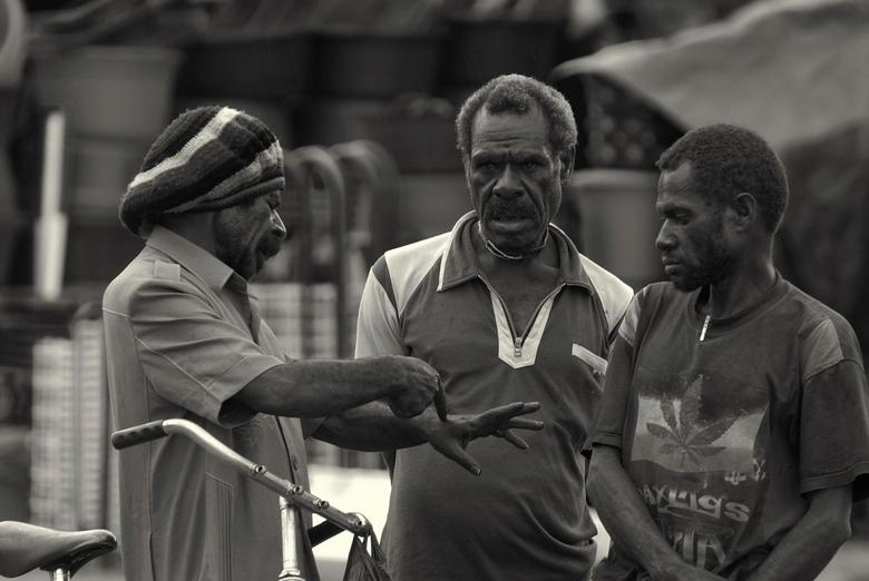 Overleg - De Indonesische provincie Papua, was tot 1963 een Nederlandse kolonie: Nederlands Nieuw-Guinea. De meeste foto's zijn gemaakt in de hoo